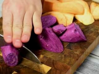 补血益气还驱寒的红糖老姜双薯糖水,红薯、紫薯削皮切块。