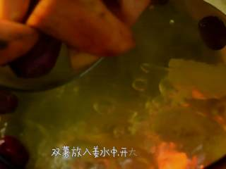 补血益气还驱寒的红糖老姜双薯糖水,双薯放入姜水中,开大火煮沸。