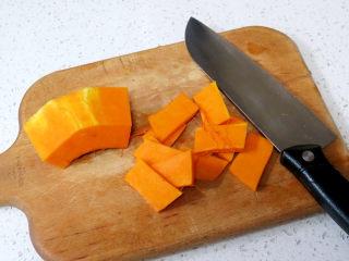 小清新范儿滴【菠菜南瓜蛋糕卷】,首先制做南瓜泥。南瓜去皮切片