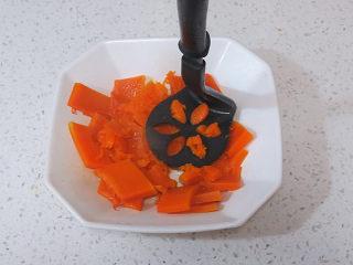 小清新范儿滴【菠菜南瓜蛋糕卷】,蒸熟后取出,捣成泥,不要捣的太烂,留些颗粒