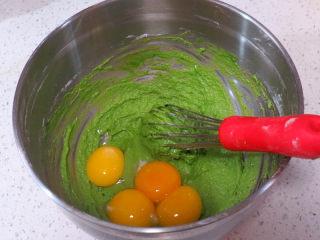 小清新范儿滴【菠菜南瓜蛋糕卷】,加入蛋黄继续划z字拌匀