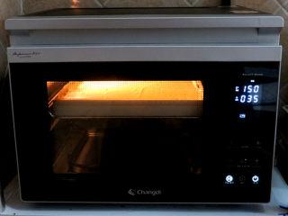 小清新范儿滴【菠菜南瓜蛋糕卷】,放入预热好的烤箱中层,上下火150度烤35分钟