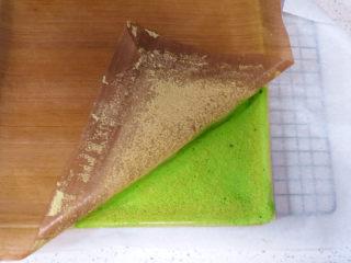 小清新范儿滴【菠菜南瓜蛋糕卷】,出炉倒扣在垫了油纸的烤网上,撕去油布散热