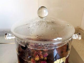 玫瑰花红枣百合桃胶甜羹,盖上锅盖,熄火,焖5分钟,即可