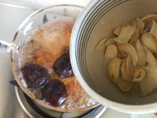 玫瑰花红枣百合桃胶甜羹,20分钟后加入百合,继续盖上锅盖小火煮20~25分钟