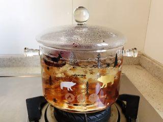 玫瑰花红枣百合桃胶甜羹,盖上锅盖,转小火,煮20分钟