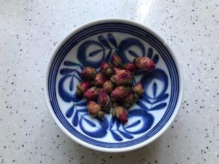 玫瑰花红枣百合桃胶甜羹,这期间我们把玫瑰花稍微冲洗一下,控干水分备用