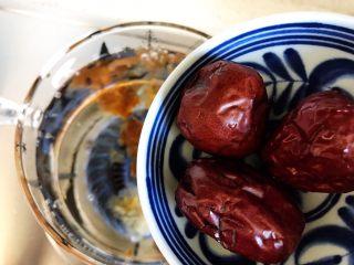 玫瑰花红枣百合桃胶甜羹,加入红枣