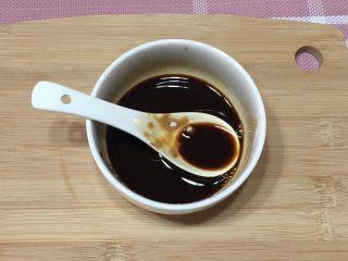 宫保鸡丁,加入酱油、香醋、盐、白砂糖、和料酒,混合均匀制成调味汁