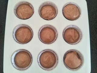 """最""""柔软""""纸杯蛋糕☕—爆浆巧克力,面糊倒入杯子八分满。(配方的量是十个,但我是九连模具。剩下的我用硬纸杯蛋糕烤啦。)"""