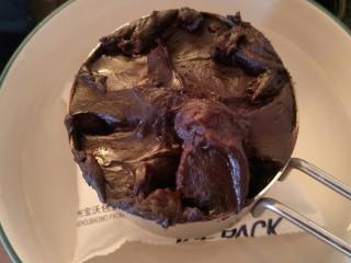 """最""""柔软""""纸杯蛋糕☕—爆浆巧克力,重新放回小碗里冷藏待用。不着急的话,盖章保鲜膜放在冰箱里冷藏一个钟头。"""