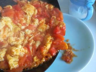 番茄炒蛋  新文美食,倒入盘中即可食用。