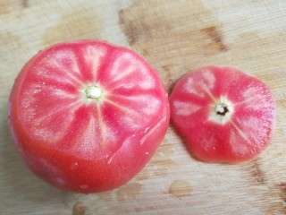 番茄炒蛋  新文美食,切掉底部,没有去皮直接切成块。