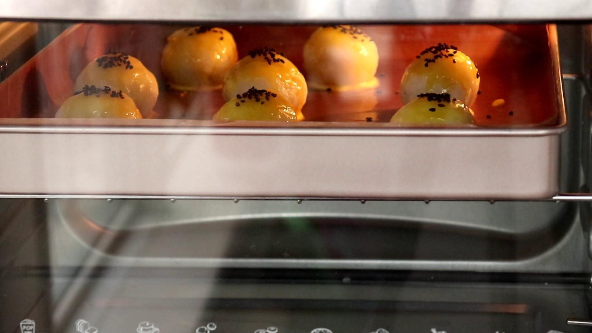 土豆蛋黄酥,放入预热好的烤箱中层,上下管170度,烤20min</p> <p>tips:具体时间,根据自家的烤箱情况而定,但是建议不要烤太长时间,以防烤爆裂
