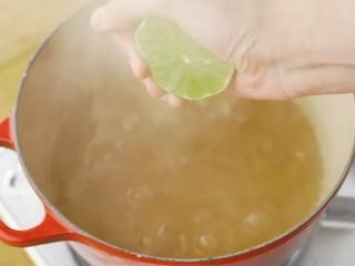 青柠香茅冻,到时间后把香茅捞出来,挤上适量的柠檬汁。