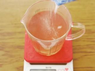 青柠香茅冻,这时候原先的600ml水很可能只剩3、400ml了,所以最好放先进量杯里,再按照100ml水配1.4g粉的比例放。趁水温还在90度以上的时候,把它们充分搅匀。