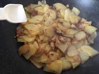 土豆肉片,放入2克盐翻炒均匀。