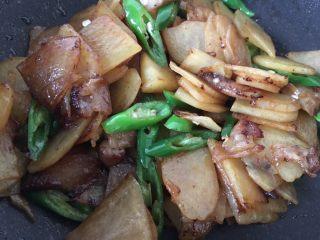 土豆肉片,翻炒均匀出锅。