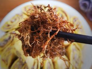 年味~树花菜蒸蛋卷,先来一口树花菜,实在是弹牙又美味!