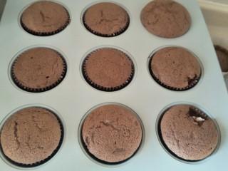 """最""""柔软""""纸杯蛋糕☕—爆浆巧克力,一开始蛋糕会膨胀出烤箱后会有回缩是正常的,因为面粉含量低,支撑不住,但是我们后面会有奶油填补它,烤好后等冷却到室温,放入冰箱冷藏。"""