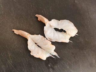 开边蒜蓉虾仁,在虾仁2/3处,从中间切开,虾尾处留有1/3,不要切断
