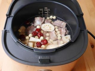莲藕莲子排骨汤,莲藕、红枣、莲子及排骨放进内锅,注水至盖满材料。合盖上锁,选「煲汤」模式, 按「开始烹调」键。