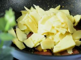 冬笋炒腊肉——沁入心脾,妙不可言的一道菜,倒入冬笋翻炒。