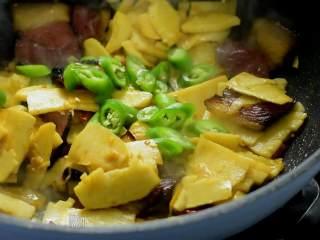 冬笋炒腊肉——沁入心脾,妙不可言的一道菜,加入糖、少许生抽、干辣椒、蒜片、姜丝继续翻炒,最后倒入青椒圈,翻炒均匀即可。