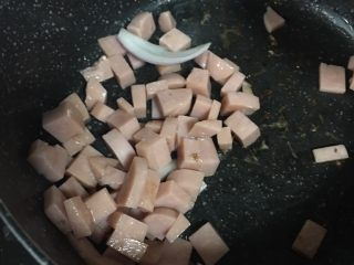 火腿奶油意面,5️⃣ 热锅冷油(如果有黄油的加黄油,会更香一点),加入火腿丁翻炒2分钟。