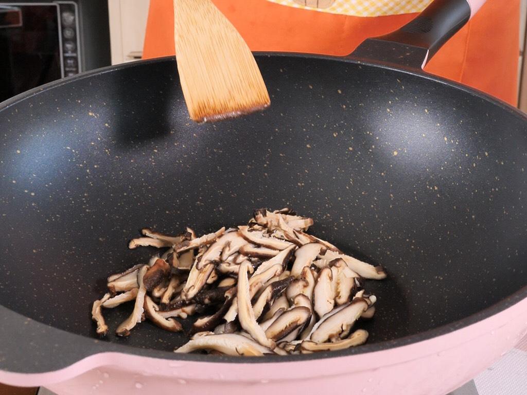 宝宝辅食天然调料 香菇粉,切好的香菇片,用手攥出多余的水分,越干越好。</p> <p>放入不粘锅,开着小火慢慢炒干。(这步也可以用烤箱)