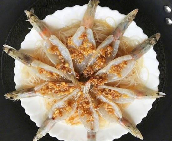 蒜蓉粉丝蒸虾,将炒香的蒜末均匀地淋在虾背上,开水上锅蒸8-10分钟。