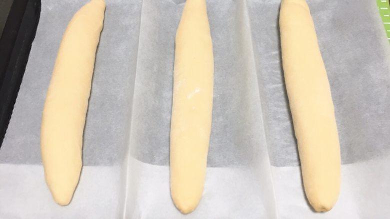 法棍面包,烤盘纸中间折叠,形成隔离。