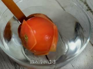 肉嫩无刺,补钙又开胃的番茄龙利鱼,番茄划十字,开水中浸泡一会再放入冷水过凉。