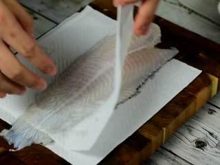 肉嫩无刺,补钙又开胃的番茄龙利鱼,厨房纸吸干龙利鱼水分。