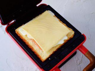 自制三明治,放入即食芝士