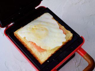 自制三明治,放入鸡蛋