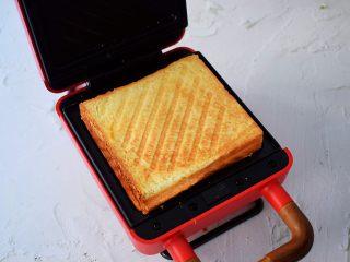 自制三明治,煎至双面金黄色取出用锯齿刀斜切成两个三角形即可
