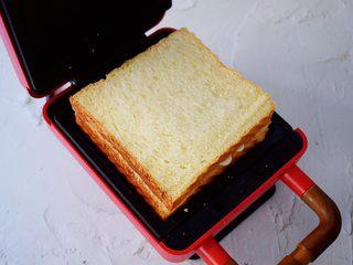 自制三明治,最上面再放入一片吐司片