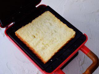 自制三明治,三明治机放入一片吐司片