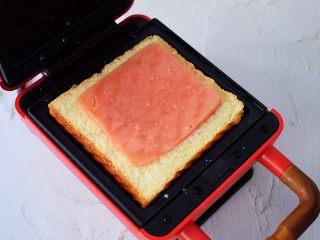 自制三明治,放入火腿肠