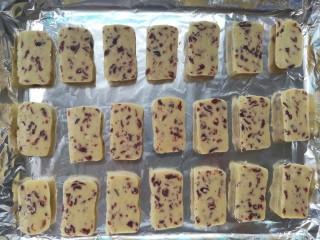 情人节之蔓越莓饼干,依次放在铺有锡纸的烤盘中