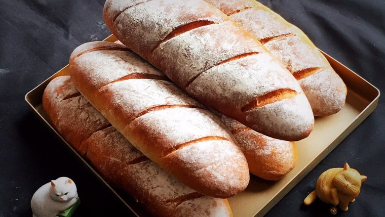 法棍面包,面包烤完拿出冷却。