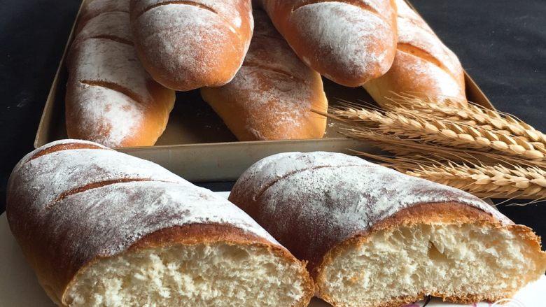 法棍面包,切开就可以品尝了。