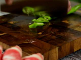 鲜美细滑的肥牛金针菇,真的好好吃,金针菇去根,洗净撕开,辣椒切圈。