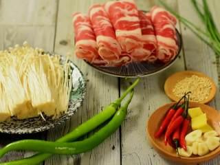 鲜美细滑的肥牛金针菇,真的好好吃,『食材』  肥牛卷/金针菇/辣椒/小米椒  料酒/生抽/糖/盐/葱/姜/蒜/白芝麻