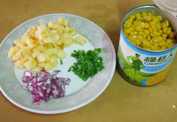缤纷花杯~年菜,将糯米椒、紫洋葱、苹果切小丁。</p> <p>沥干水煮鮪鱼汤汁,取出鱼肉拆散。