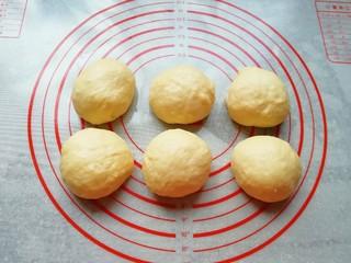 淡奶油餐包,发酵好的面团轻拍排气,分成六份滚圆。