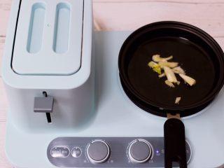 营养又养胃的快手火腿肠芹菜炒面,重新启动东菱早餐机,把平底锅烧热后倒入花生油烧热后爆香葱丝。