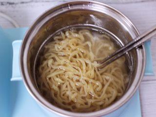 营养又养胃的快手火腿肠芹菜炒面,东菱DL-3405早餐机的汤锅加入适量清水煮沸后,把手擀面煮熟后,过冷水后沥干水分备用。