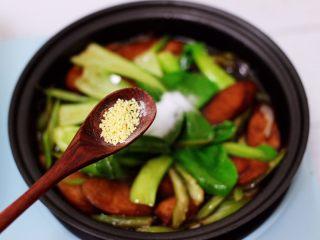 营养又养胃的快手火腿肠芹菜炒面,再加入鸡精。